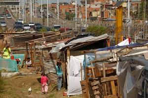 Asentamiento lindero a la autopista Illia. La aplicación en el país dependerá de las redes cloacales.