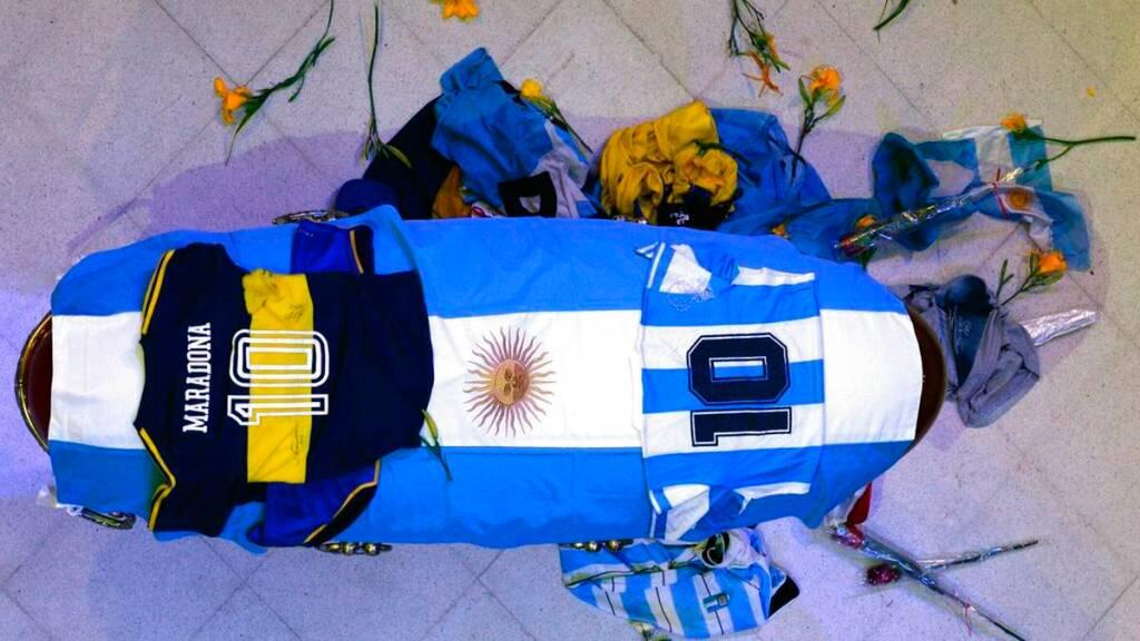 Por voluntad de Diego, camisetas de Boca y la Selección Argentina fueron ubicadas arriba del féretro donde descansan sus restos