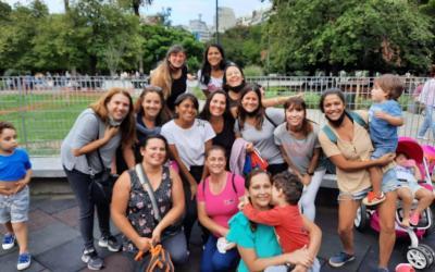 Original salida: mamás de niños con autismo se reúnen en plazas para desafiar al encierro