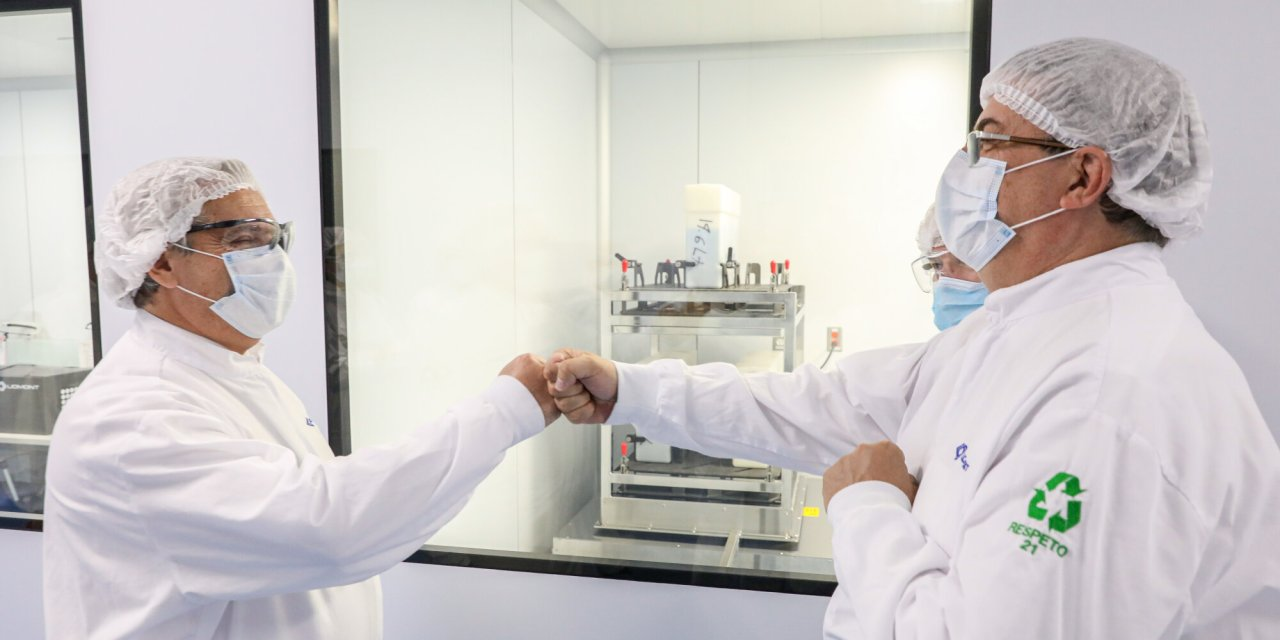 Retrasos en la vacuna AstraZeneca, ¿es posible envasarla en Argentina?