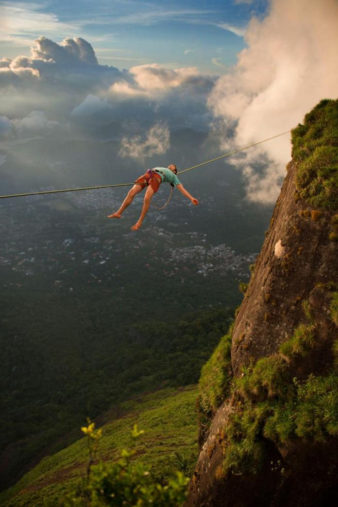 Extreme-Walk-by-Brian-Mosby-on-a-Tightrope-at-an-Altitude-of-850-Meters-Near-Rio-de-Janeiro-2