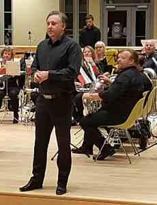 Thomas Norenberg ønsker velkommen under konsert med Eidsberg Brassband på Cicignon Skole