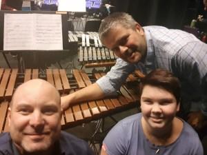 F.v; Anders, Thea og Terje er veldig glad for å kunne begrave den gamle xylofonen!