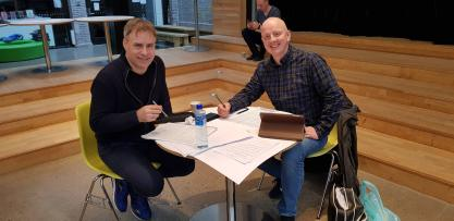 Torstein Aagaard-Nilsen og Frode Amundsen studerer Seid