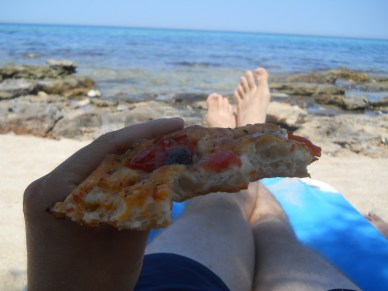 "Focaccia by the sea.  We learned how to say ""piece of focaccia"" in Pugliese, but I'm not sure where to begin on transliterating it"