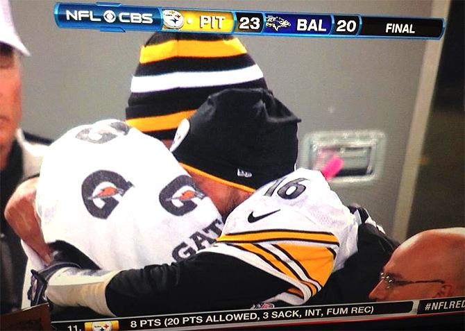 https://i2.wp.com/boringpittsburgh.com/wp-content/uploads/2012/12/charlie-batch-hugging-big-ben-roethlisberger-steelers.jpg