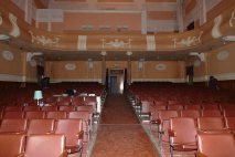 Вместительный зал для зрителей