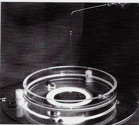 Versuchsanordnung bei der Tropfenbildmethode zur Darstellung der Wirbeldynamik eines Leitungswassers