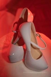 gel de couleurs sur les chaussures de la mariée