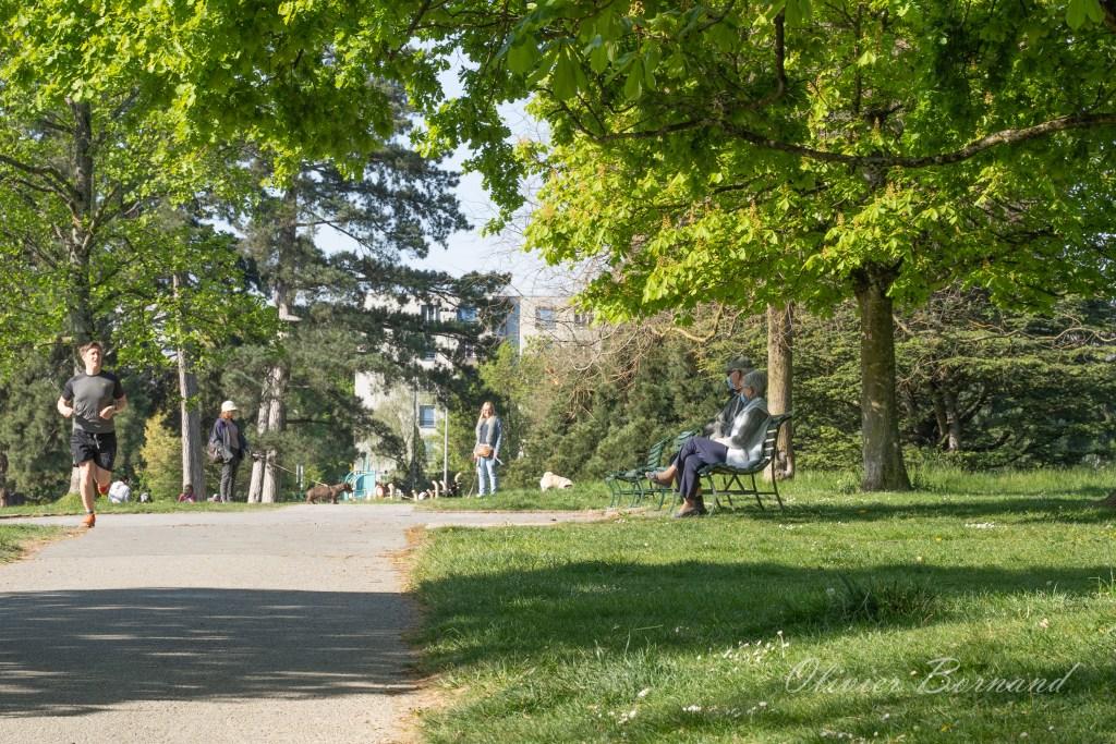 Couple masqué dans un parc à Genève