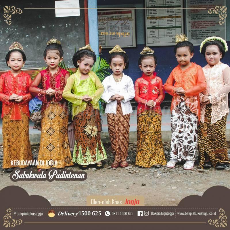 Pakaian ADat Yogyakarta Untuk Anak Perempuan