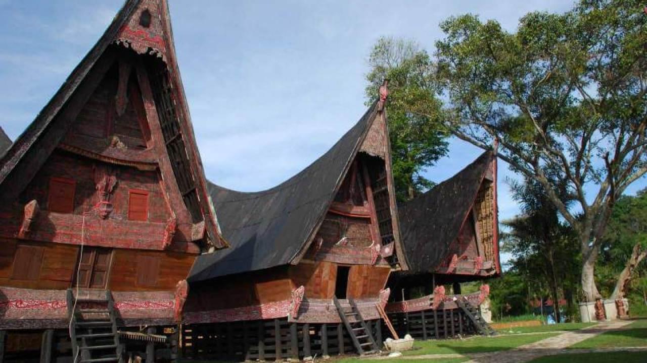 Rumah Adat Sumatera Utara Gambar Sejarah & Penjelasan