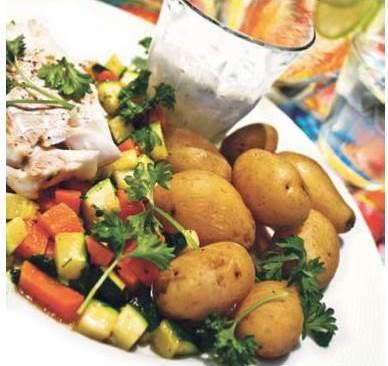 Her finder du vores opskrift på stegt fisk med nye kartofler og yoghurtdressing