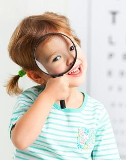 lille pige til synsprøve