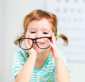pige med briller til synsprøve