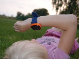 pige kigger på xplora ur