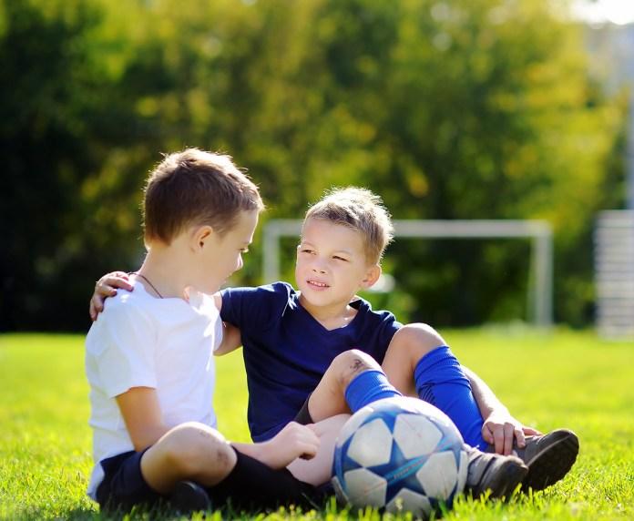 2 drenge på en fodboldbane til sport