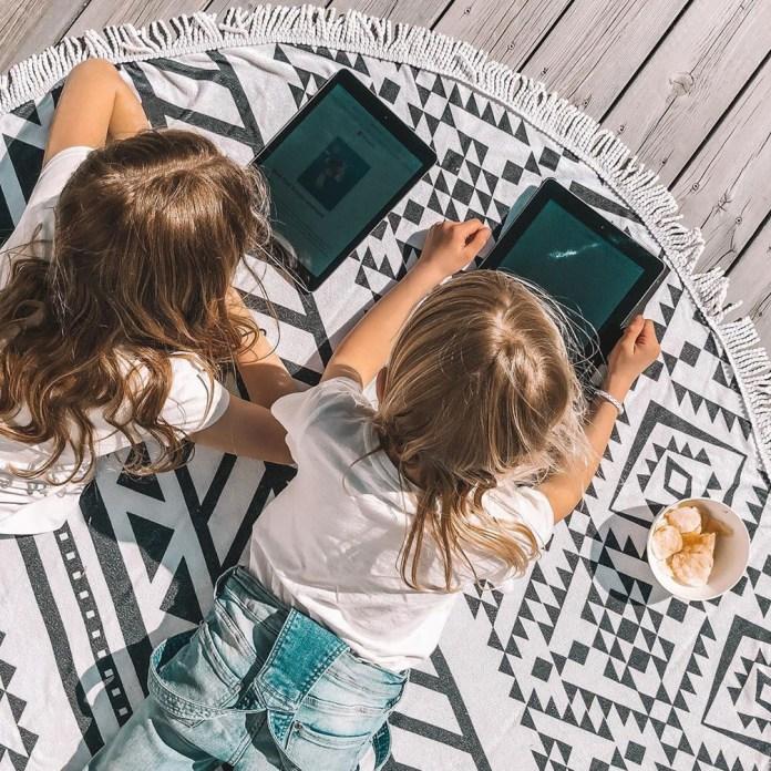 Pickatale, pigerne læser nede på gulvet