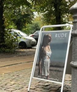 Klinik Camilla Rude, skiltet udenfor