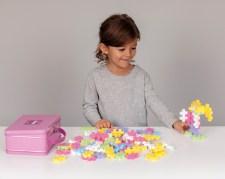 Barn der leger med Plus-Plus Go
