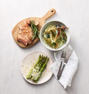 Grillede grønne asparges med parmesan, stegte skaftkoteletter, bagte løg og estragoncreme fra Friland Økologi