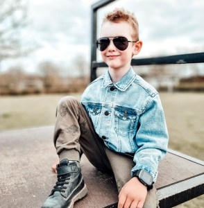 dreng på skateboard bane med Xplora´s X5 Play på armen