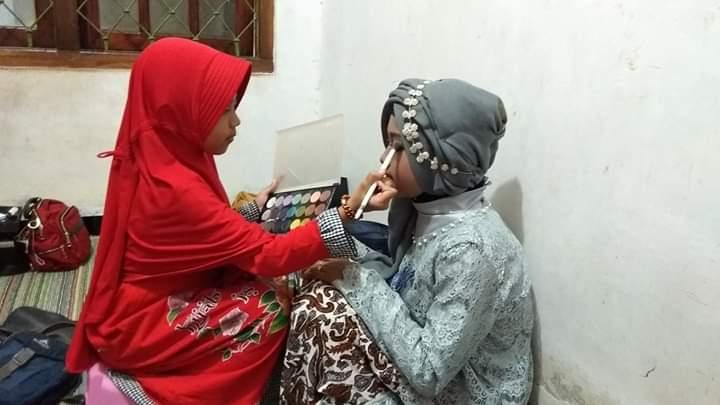 NEWS: Umur 9 tahun lovely sudah membantu ibunya merias konsumen (Foto: Dok Pribadi)