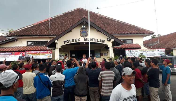 NEWS: Puluhan massa Komunitas Merpati Kolongan grudug salah satu warga Muntilan (23/1/2020)-(Foto: Istimewa)