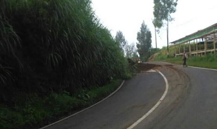 NEWS: Material longsor hampir menutup separo jalan Magelang-Salatiga (30/1/2020)-(Foto: Istimewa)