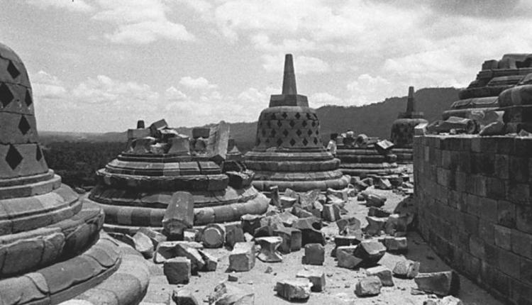 candi-bSEJARAH : Stupa Candi Borobudur yang hancur akibat ledakan bom dari teroris 35 tahun lalgu (Foto: Tempo)orobudur-setelah-peledakan-di-magelang-jawa-tengah-1
