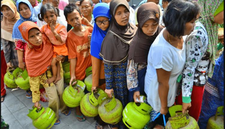 ILUSTRASI : Warga antri untuk menukarkan tabung gas elpiji atau LPG ukuran 3 kg (Foto: Internet)