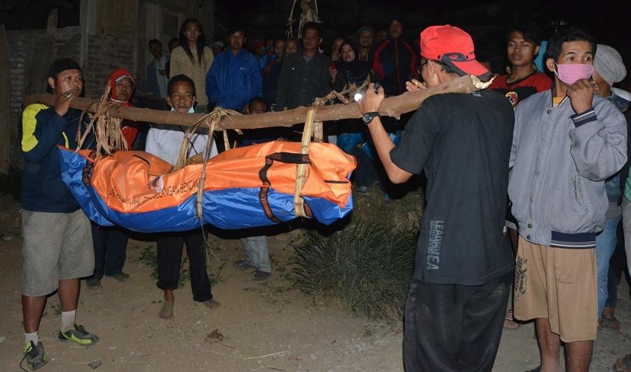 KISAH : Proses evakuasi mayat perempuan tanpa kepada di kaki Gunung Andong tahun 2015 silam (Foto: Istimewa)