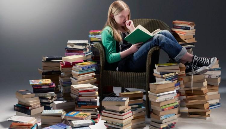 ILUSTRASI : Membaca buku di rumh salah satu kegiatan saat tidak boleh kemana-mana (Foto: Internet)