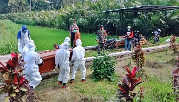NEWS: Proses pemakaman PDP asal Sawangan di wilayah Srumbung (23/4/2020)-(Foto: Istimewa)