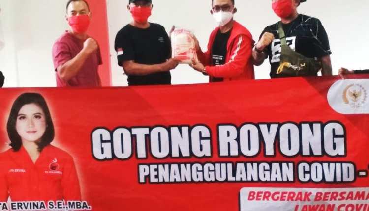 Penyaluran bantuan kepada perwakilan laskar PDI Perjuangan Magelang