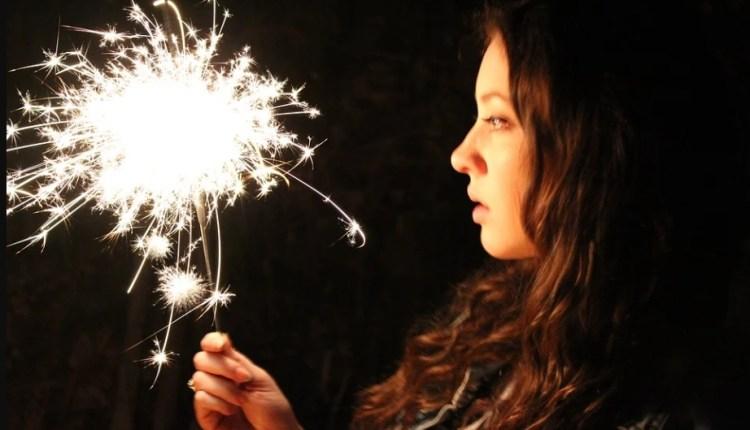 ILUSTRASI Bermain kembang api di pekarangan rumah saat malam takbir hari raya