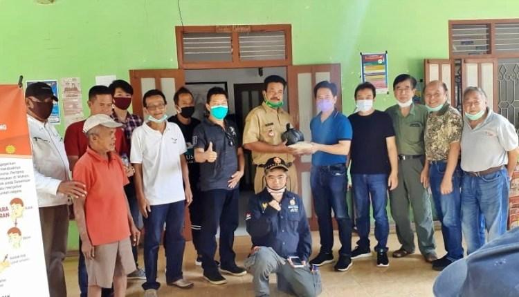 Komunitas Tionghoa Muntilan gelar aksi sosial pemberian sembako (8/6/2020)-(foto: Istimewa)