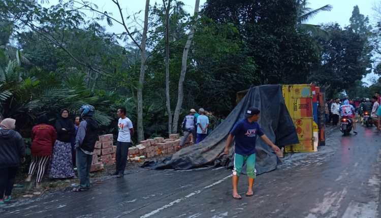 Truk bermuatan sosis mengalami kecelakaan di Sawangan (18/6/2020)-(Foto: Istimewa)