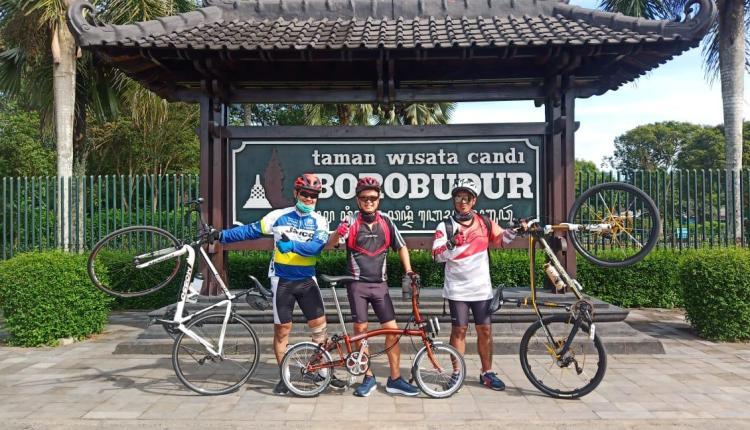 Beberapa anggota Pegassus Sepeda Hura-hura saat di Candi Borobudur