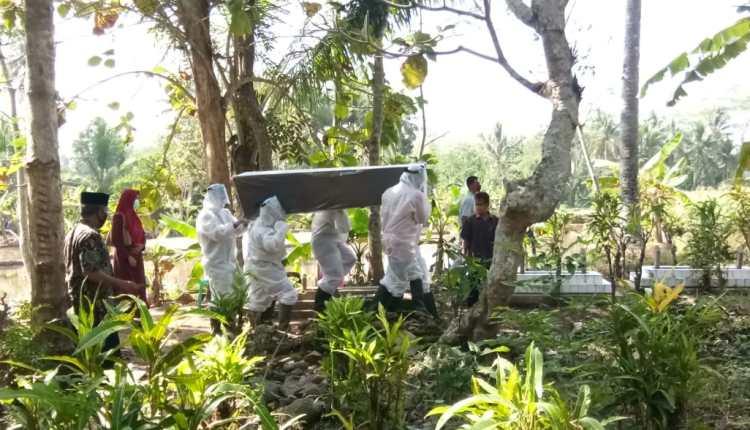 Proses pemakaman satu PDP yang meninggal dunia di Kecamatan Salaman (18/6/2020)-(Foto: Istimewa)