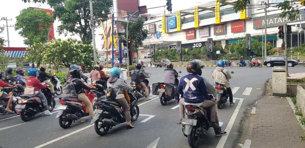 Marka jalan untuk sepeda motor agar tetap jaga jarak di lampu merah simpang artos 2
