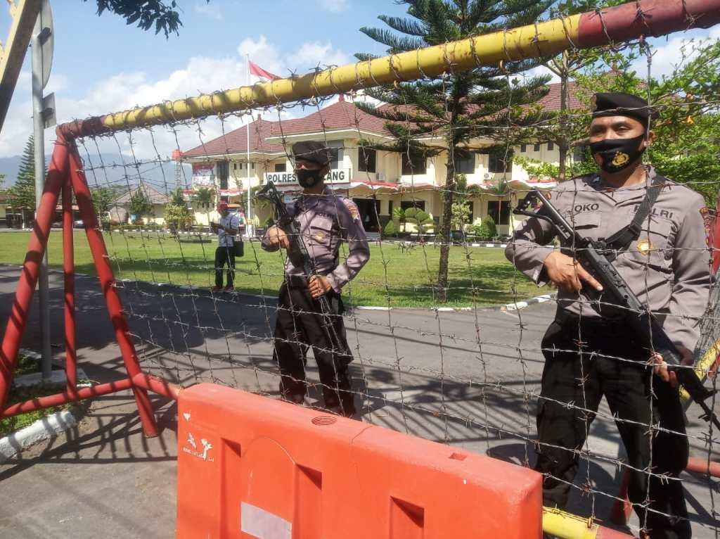 Dua anggota Polres Magelang standbay depan pintu masuk Mako lengkap dengan senjata (26/8/2020)-(Foto: bsn)