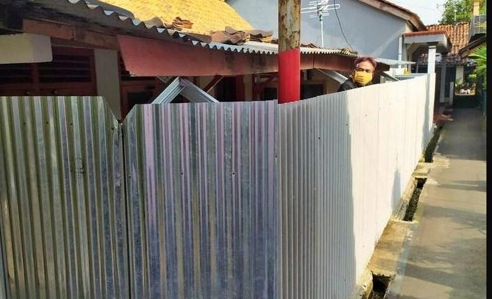 Warga nekat tutup sekeliling rumah dengan pagar seng karena pandemi covid