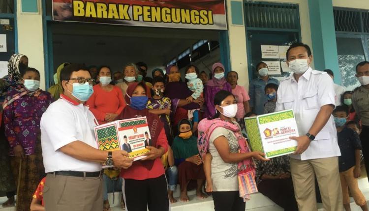 KEMANUSIAAN: Rohmat Marzuki Shut (kanan) dan Drs Soeharno MM saat menyerahkan bantuan simbolis kepada pengungsi Merapi di Mertoyudan, Minggu (31/1). (foto: han)
