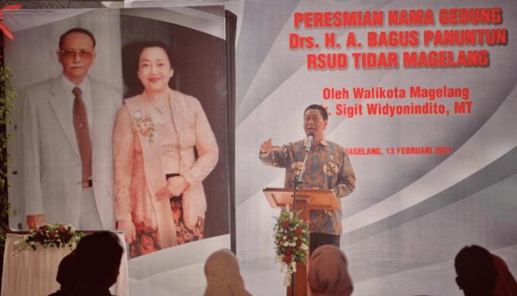 KEHORMATAN: Walikota Magelang SIgit Widyonindito saat peresimian berlatar gambar almarhum H A Bagus Panuntun beserta istri. (foto: humas pemkot magelang)