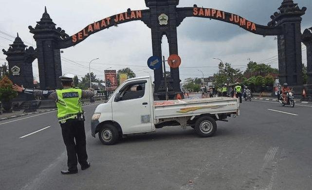 Polisi melakukan penyekatan di jalur mudik