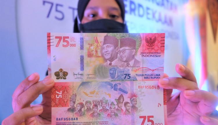 BEREDAR LUAS: Uang pecahan 75 ribu edisi spesial memperingati 75 tahun kemerdekaan Indonesia bisa ditukar sebanyak-banyaknya. (foto: istimewa)