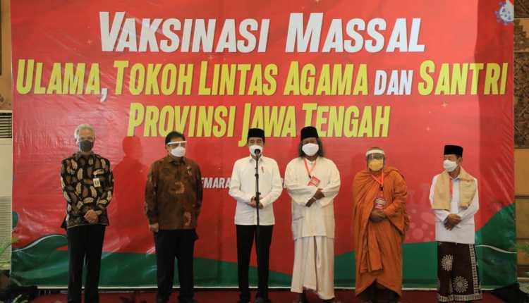 Jokowi dan Ganjar Pranowo tinjau Vaksinasi Massal Tokoh Lintas Agama dan Santri di Semarang (10/3/2021)-(Foto: ihr)
