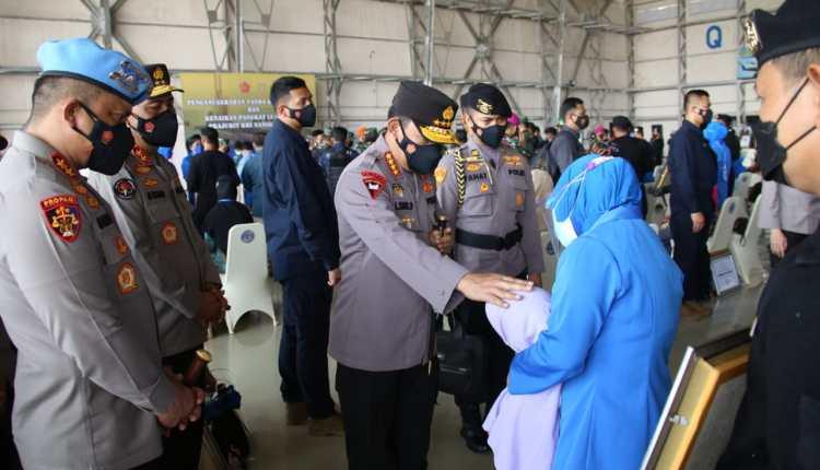 Kapolri saat menemui satu persatu anggota keluarga Prajurit awak Kapal Selam KRI Nanggala 402 (29/4/2021)