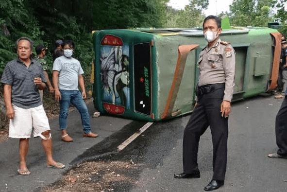 TERGULING: Bus peziarah asal Kulon Progo tujuan Pakis terguling di Jalan Kaliurang. (foto: ist)